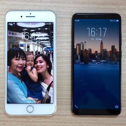 Perbandingan dengan iPhone 7+. Tapak lebih kecil, sementara layar lebih besar.